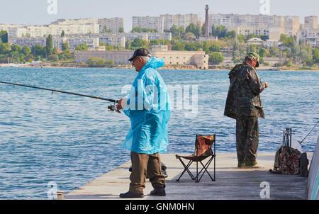 I pescatori della baia di Sebastopoli Crimea Foto Stock