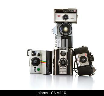 Raccolta di vecchie macchine fotografiche su sfondo bianco Foto Stock