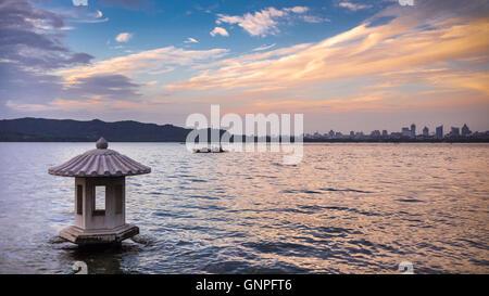 Lago Ovest e Nord urban skyline al tramonto in Hangzhou Foto Stock