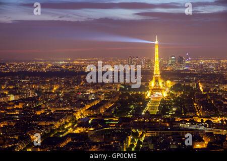 Sera vista su Parigi e la Torre Eiffel. Foto Stock