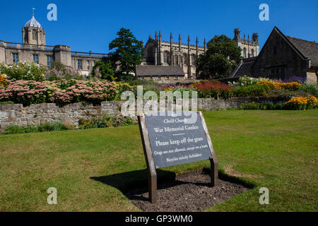 Christ Church College da Cristo la Chiesa Memorial Garden a Oxford, Inghilterra. Tom torre può essere visto sulla Foto Stock