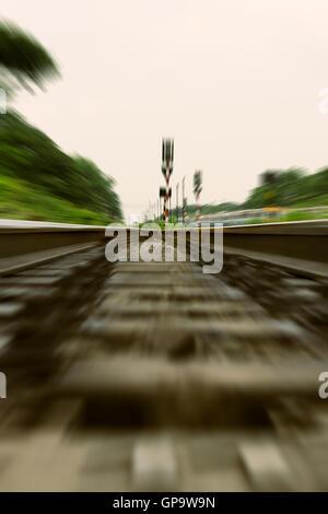 Binario ferroviario, treno fast run sul binario ferroviario Foto Stock