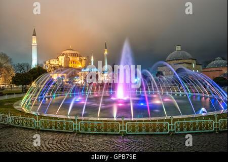 Hagia Sophia e fontana colorata in Sultanahmet park, Istanbul, Turchia, a tarda sera Foto Stock