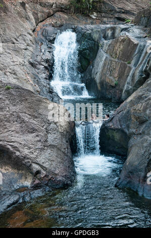 Godendo il rispetto mayům cascata su Koh Chang island, Thailandia Foto Stock