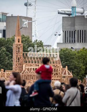 Londra, Regno Unito. Il 4 settembre, 2016. 120-metro-lungo la scultura in legno del XVII secolo Londra è costruito Foto Stock