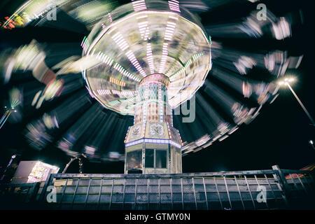 Corsa di oscillazione alla fiera di carnevale con sfocatura effetto di movimento Foto Stock