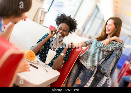 Vista degli amici di mangiare nel ristorante Foto Stock