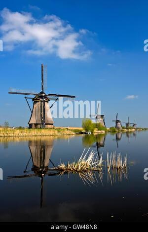 Mulini a vento olandese al canale, Kinderdijk, Alblasserwaard polder, South Holland, Paesi Bassi Foto Stock