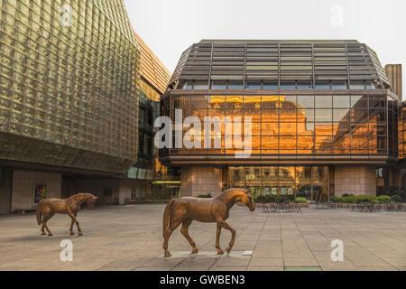 Il tetto d'oro del Teatro Nazionale, che si riflette nel nuovo stadio del Teatro Nazionale di Nové Město, Praga, Foto Stock