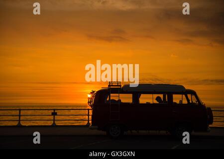 Aberystwyth Wales UK, giovedì 15 settembre 2016 UK meteo: la classica forma iconica di una Volkswagen T2 camper Foto Stock