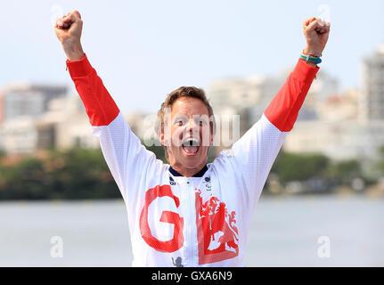 Gran Bretagna Emma Wiggs celebra vincendo oro durante la premiazione per donne KL2 a Lagoa Stadium durante l'ottavo giorno del 2016 Rio Giochi Paralimpici di Rio de Janeiro in Brasile.