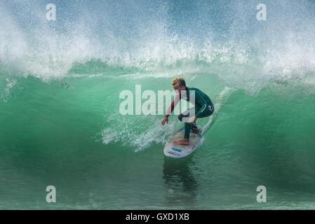Un surfista in azione spettacolare a Fistral in Newquay, Cornwall. Regno Unito. Foto Stock