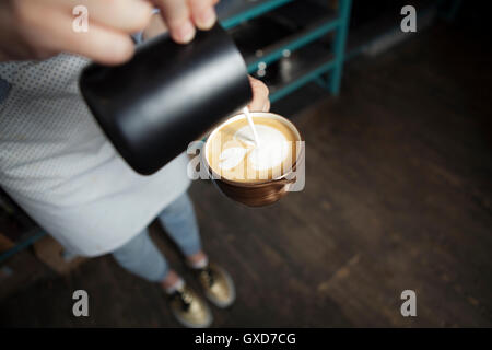 Come fare latte art da barista focus nel latte e caffè Foto Stock