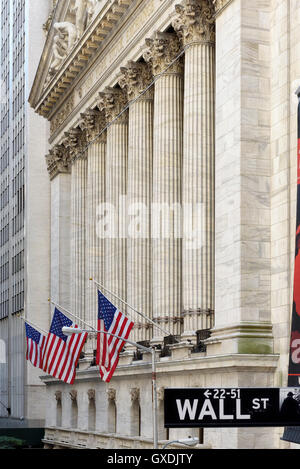 Wall street sign in new york con il new york stock exchange sfondo Foto Stock