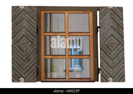 Finestra in legno con persiane isolato sul lato esterno Foto Stock