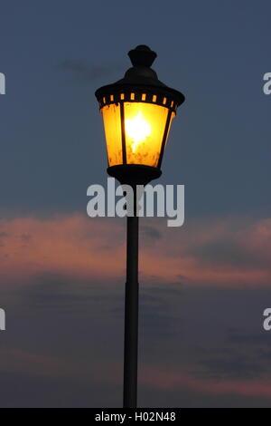 Lampione contro un bellissimo cielo al crepuscolo, Roma, Roma Foto Stock
