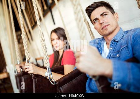 Ritratto di giovane in seduta oscilla in posa Foto Stock