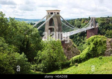 Vista da Clifton attraverso il Bristol ponte di sospensione per il fiume Avon sotto flwoing marrone e ampia in Avon Gorge.