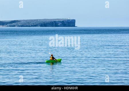 Kayak di mare in scenic Jervis Bay, con punto perpendicolare in distanza, Nuovo Galles del Sud, NSW, Australia Foto Stock
