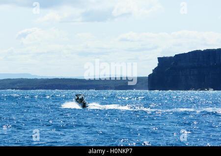 La barca a vela attraverso scenic Jervis Bay, Nuovo Galles del Sud, NSW, Australia Foto Stock