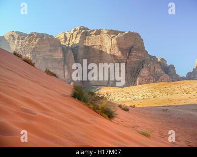 Red dune nel deserto di Wadi Rum, Giordania Foto Stock