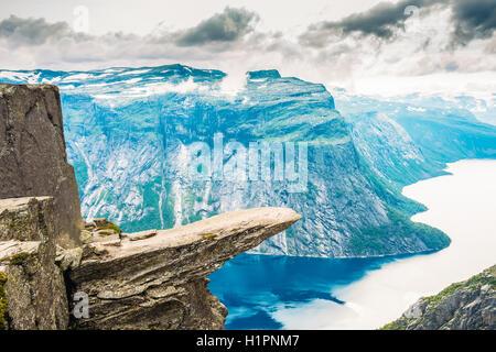 Vista panoramica di roccia Trolltunga - Troll Lingua in Norvegia. Rock nelle montagne della Norvegia. Attrazioni naturali Landmark