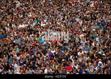 Barcellona, in Catalogna, Spagna. 24Sep, 2016. La folla a guardare a torri umane durante la Jornada Castellera (Torri Umane giorno) tenutasi a Barcellona per la merce Festival Credito: Jordi Boixareu/ZUMA filo/Alamy Live News