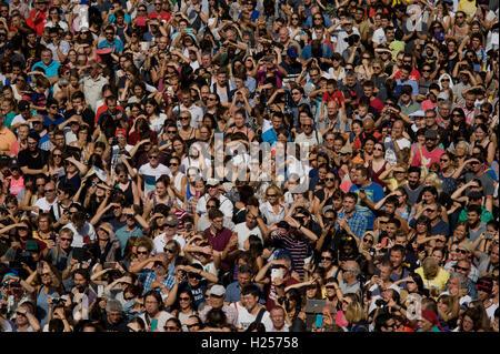 Barcellona, Spagna. 24Sep, 2016. Settembre 24, 2016 - Barcellona, in Catalogna, Spagna - la folla a guardare a torri umane durante la Jornada Castellera (Torri Umane giorno) tenutasi a Barcellona per la merce Festival (Festes de la Merce). Credito: Jordi Boixareu/Alamy Live News