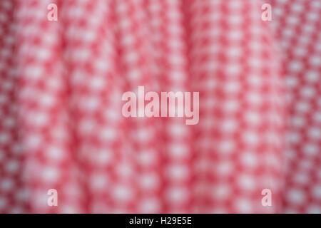 Abstract fuori fuoco rosso-bianco polka dot materiale di cotone. Concetto di 'International Dot giorno' dotty persona. Foto Stock