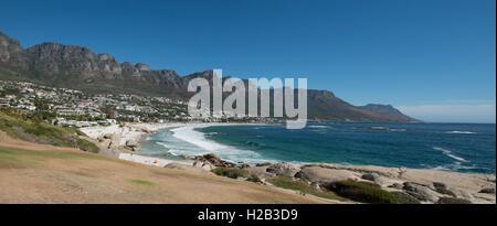 La spiaggia di Camps Bay e dodici Apostoli mountain range panorama, Cape Town, Western Cape, Sud Africa Foto Stock