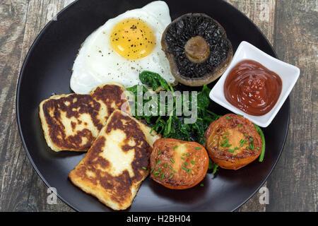 Un fritto colazione vegetariana con il formaggio halloumi