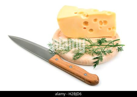 Grande pezzo di formaggio sulla cucina blackboard isolati su sfondo bianco Foto Stock