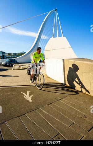 Ciclista a estremità sud di Samuel Beckett ponte sul fiume Liffey Dublino Irlanda