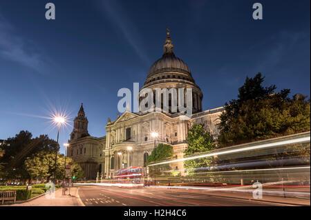 La cattedrale di St Paul, di notte, con percorsi di traffico di autobus di Londra sulla strada all'avanguardia dell'immagine Foto Stock