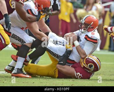Landover, Maryland, Stati Uniti d'America. 02oct, 2016. Cleveland Browns quarterback Cody Kessler (6) è saccheggiata Foto Stock