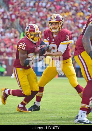 Landover, Maryland, Stati Uniti d'America. 02oct, 2016. Washington Redskins quarterback Kirk cugini (8) mani off Foto Stock