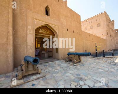 Il castello di Jabrin, fort, cannoni, Jabreen, Bahlat, Ad Dakhiliyah, Oman Foto Stock