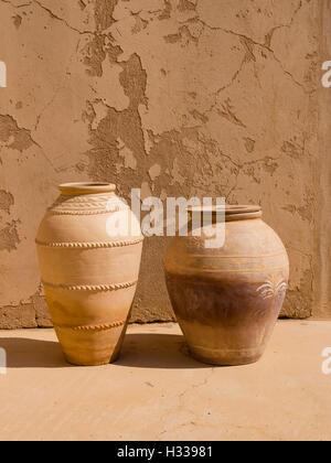 Il castello di Jabrin, vasi, antiquariato, Jabreen, Bahlat, Ad Dakhiliyah, Oman Foto Stock
