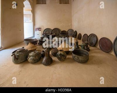 Vasi antichi, ciotole, piatti, Jabrin Castello, Jabreen, Bahlat, Ad Dakhiliyah, Oman Foto Stock