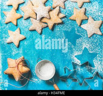 Natale gingerbread cookies con lo zucchero in polvere e forme di metallo Foto Stock