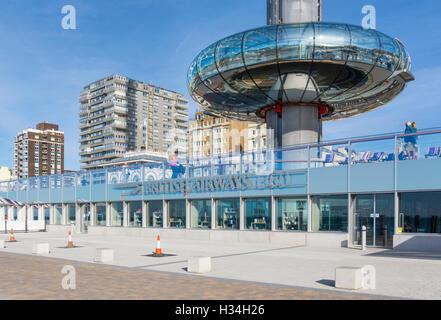 BA i360. British Airways i360 torre di osservazione a livello del suolo in Brighton, East Sussex, Inghilterra, Regno Foto Stock