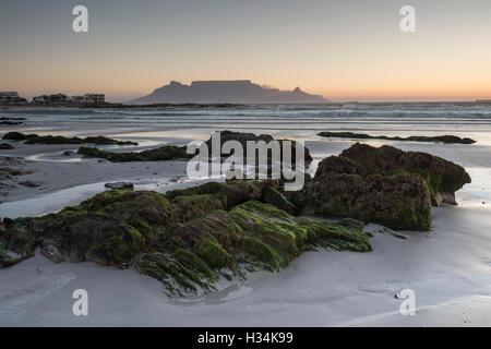 Tramonto sulla Montagna della Tavola da Bloubergstrand, Città del Capo Foto Stock