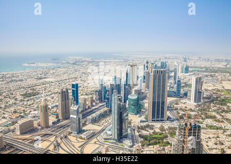 Vista della Sheikh Zayed Road e la skyline di Dubai, Dubai, Emirati Arabi Uniti, Medio Oriente Foto Stock