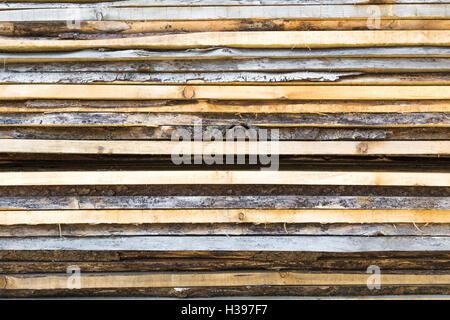 Tavole di legno impilate all'aperto Foto Stock