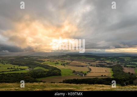 Bella vista dopo la scalata di Malvern Hills al tramonto Foto Stock