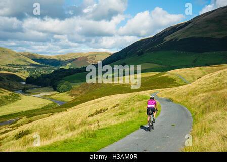 Ciclista femmina sulla corsia Fairmile nel lune Gorge Cumbria Inghilterra England Regno Unito Foto Stock
