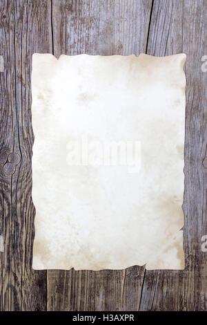 Il vecchio foglio di carta su sfondo di legno Foto Stock