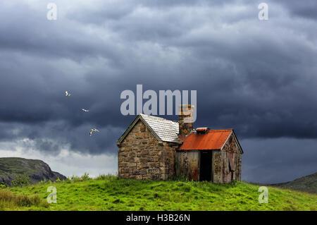 Fatiscenti crofters cottage in Scozia a Elphin Foto Stock