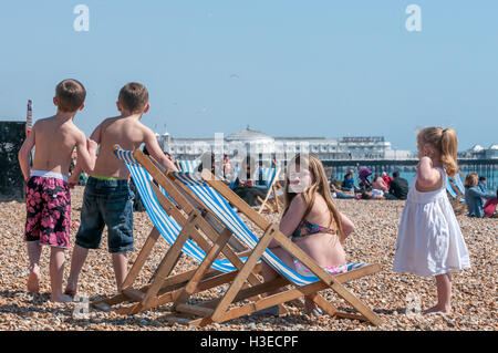 La spiaggia di Brighton sul soleggiato nel pomeriggio a molla Foto Stock