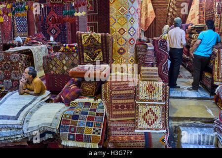 Iran, far Provincia, Shiraz, tappeto bazaar Foto Stock